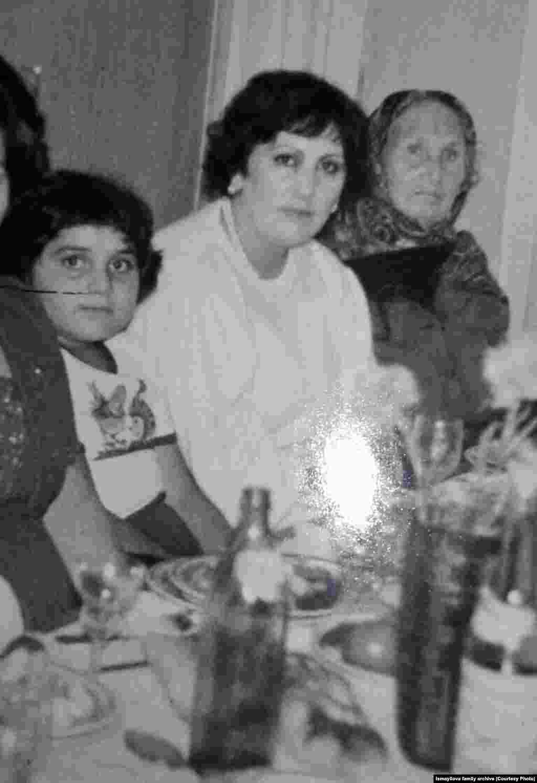 Более того,по данным ее расследований, президентская семья контролирует минимум шесть роскошных отелей в Баку, а дочери Алиева Лейле принадлежит роскошный особняк на Рублевке под Москвой