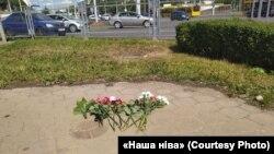 Цветы на месте гибели протестующего в Минске