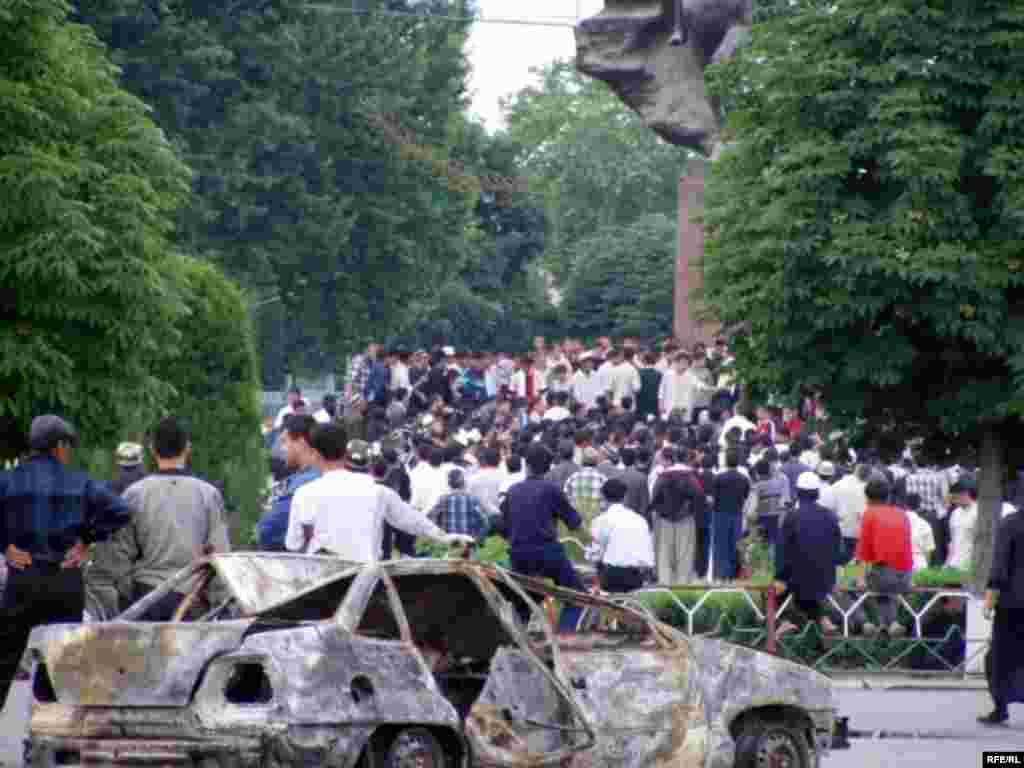 События заставили людей выйти с протестом на центральную площадь 13 мая 2005 года