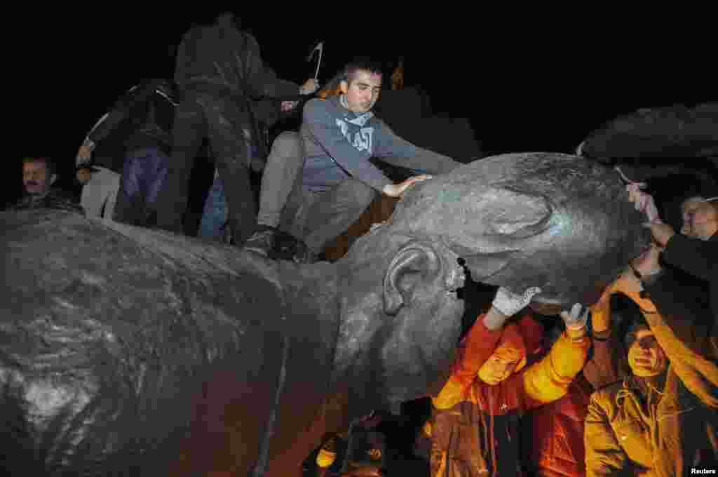 Памятник после сноса стали распиливать на сувениры