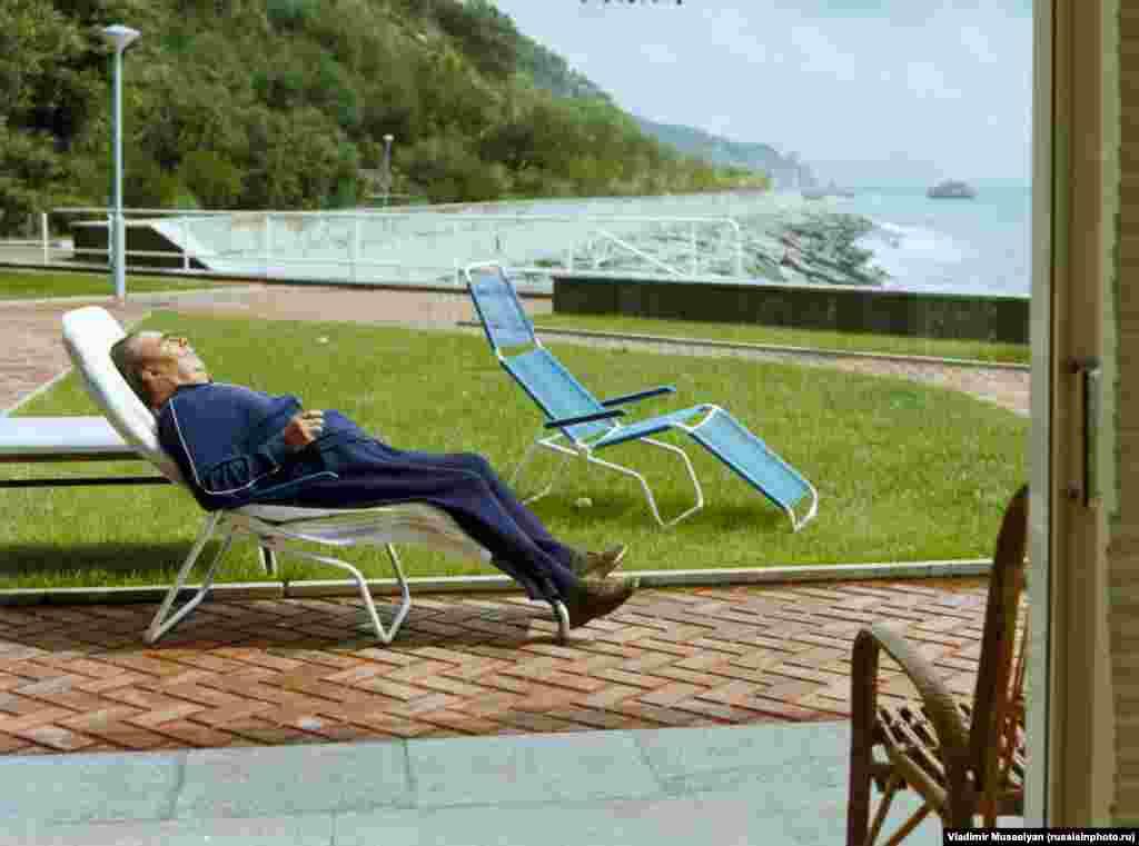 Леонид Брежнев на отдыхе в Крыму. В 1982 году, когда была сделана эта фотография, Брежнев оставался лишь номинальным лидером СССР. Он умер в том же году