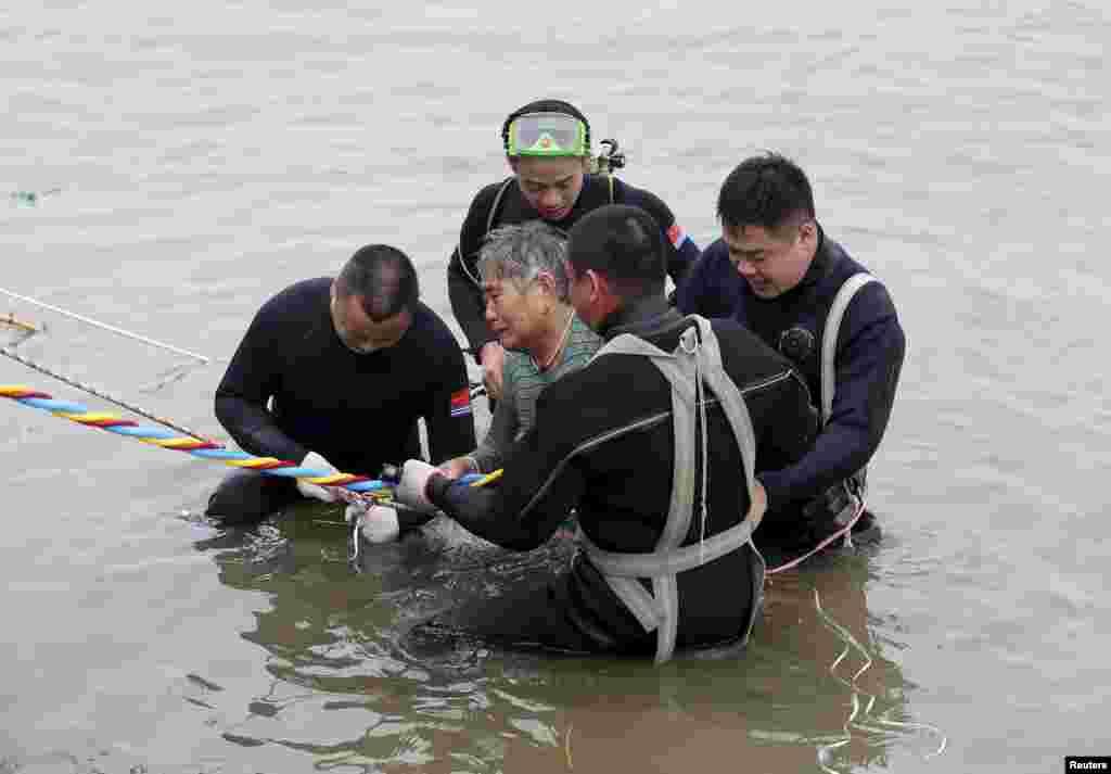 Уже почти сутки 140 водолазов ведут спасательные работы подводой. 65-летняя пассажирка - одна из немногих, кого удалось спасти с утонувшего судна