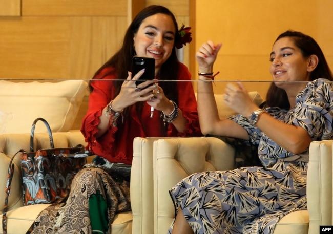 Дочери президента Азербайджана Ильхама Алиева Лейла (слева) и Арзу (справа)