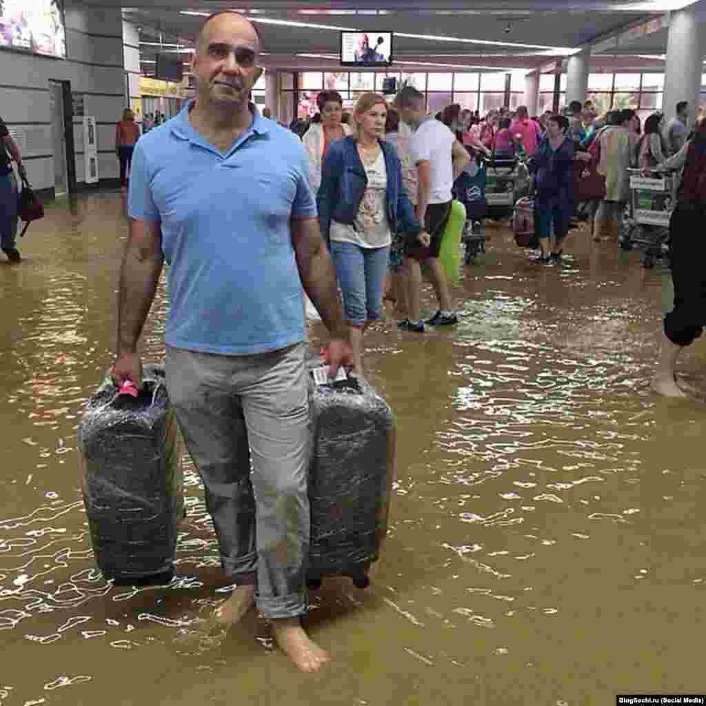 Пассажиры в Сочинском аэропорту ждут вылета по колено в воде