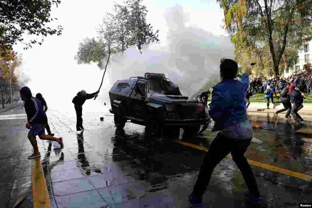 Две недели назад студенты уже выходили на улицы с протестами. Тогда полиция применила еще и слезоточивый газ На фото – протесты от 21 апреля