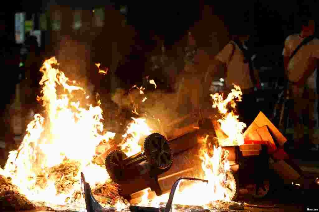 Но в Окланде некоторые протестующие били окна в витринах и поджигали мусорные баки и шины