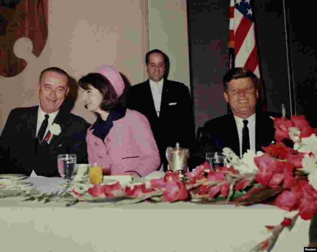 Президент Джон Ф. Кеннеди завтракает вместе с вице-президентом Линдоном Джонсоном и первой леди Жаклин Кеннеди за несколько часов до убийства, 22 ноября 1963 года.