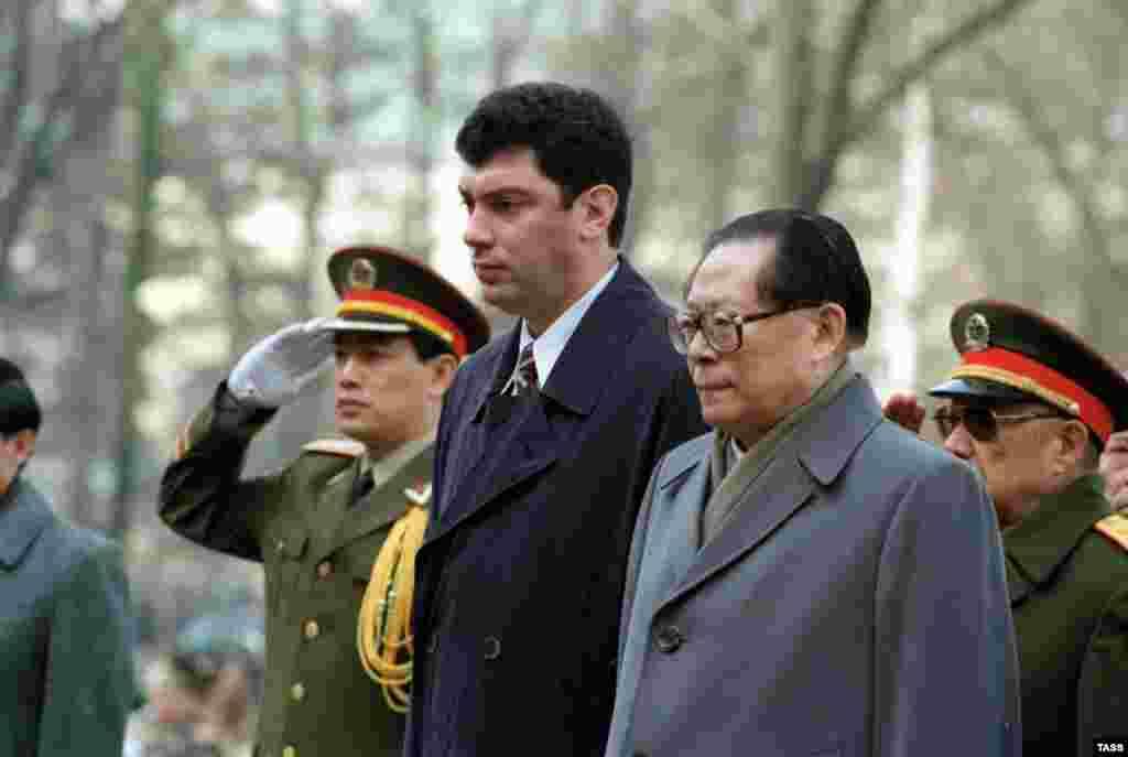 Запред правительства России Борис Немцов ипредседатель КНР Цзян Цзэминь на могиле Неизвестного солдата у Кремлевской стены в Москве. 23 апреля 1997 года