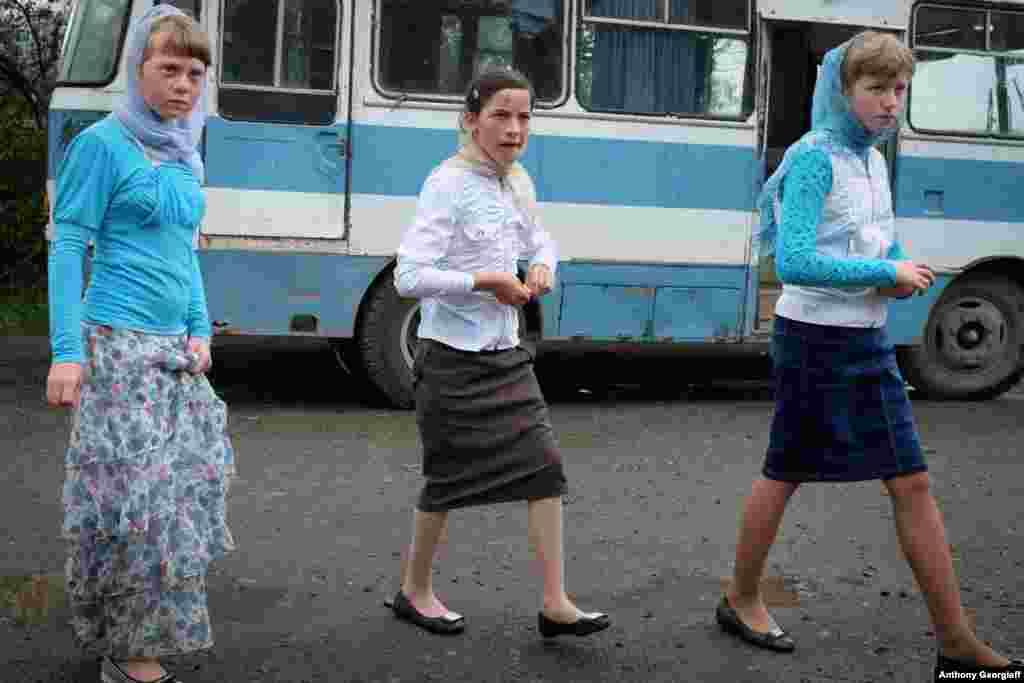 Девушки-молоканки идут на свадьбу в селе Лермонтово