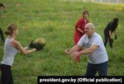 Лукашенко собирает арбузы
