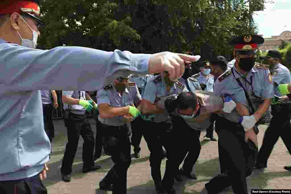 Протесты в Казахстане участились после отставки с поста президента в прошлом году Нурсултана Назарбаева, правившего страной почти 30 лет и по-прежнему обладающего широкими полномочиями и рычагами влияния на государственный аппарат