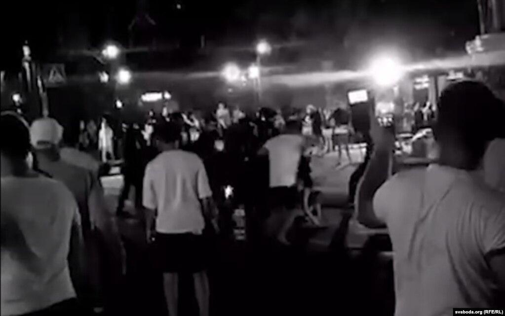 Протесты также происходили и в других городах. В Бресте корреспонденты сообщили о прямом столкновении протестующих с силовиками. Сколько человек пострадали - пока неизвестно