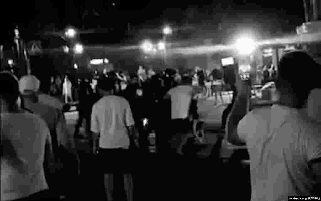Протесты происходили и в других городах. В Бресте корреспонденты сообщили о прямом столкновении протестующих с силовиками. Сколько человек пострадали, пока неизвестно