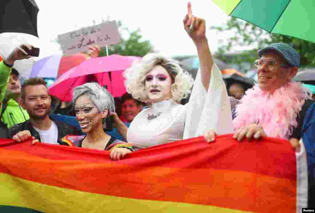 По данным соцопросов, большинство жителей Германии поддерживают однополые браки