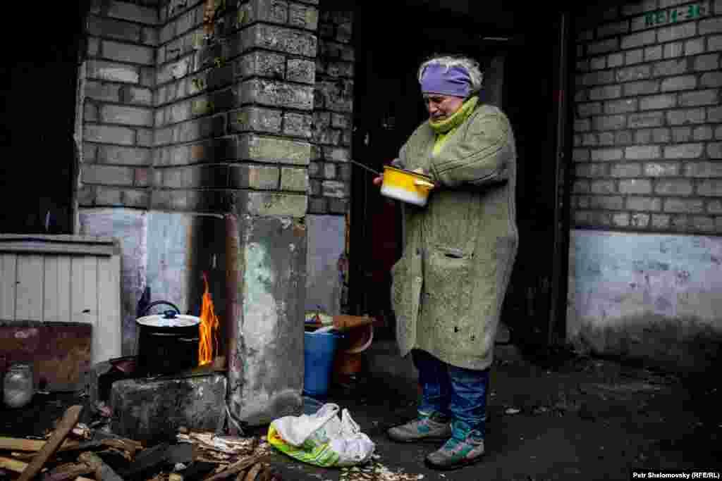 Местные жители готовят еду в условиях, когда в городе нет ни света, ни газа: Дебальцево, Донецкая область Украины. 3 февраля 2015