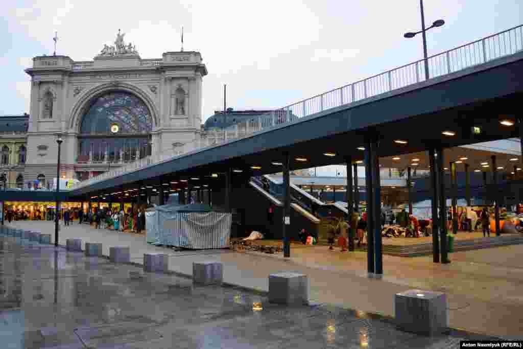 В венгерской столице приезжих стараются на долго не оставлять – перед вокзалом они проводят несколько часов, если не больны или если их не застала ночь