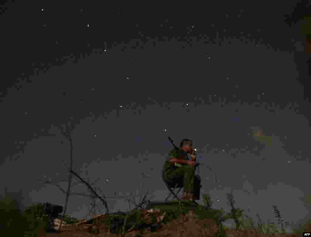 Украинский солдат курит во время отдыха на позициях в Луганской области, в зоне вооруженного конфликта на востоке страны.