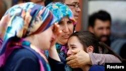 Родственники одного из погибших в аэропорту Ататтюрк в Стамбуле