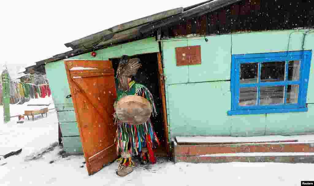 """Но шаманский дар также передается внутри рода. Тувинцы верят, что если в роду был шаман, то """"кровь его непременно отродится в потомках"""" На фото – Дугер Хомушку из общества """"Дунгур"""" готовится к ритуалу по изгнанию злых духов"""