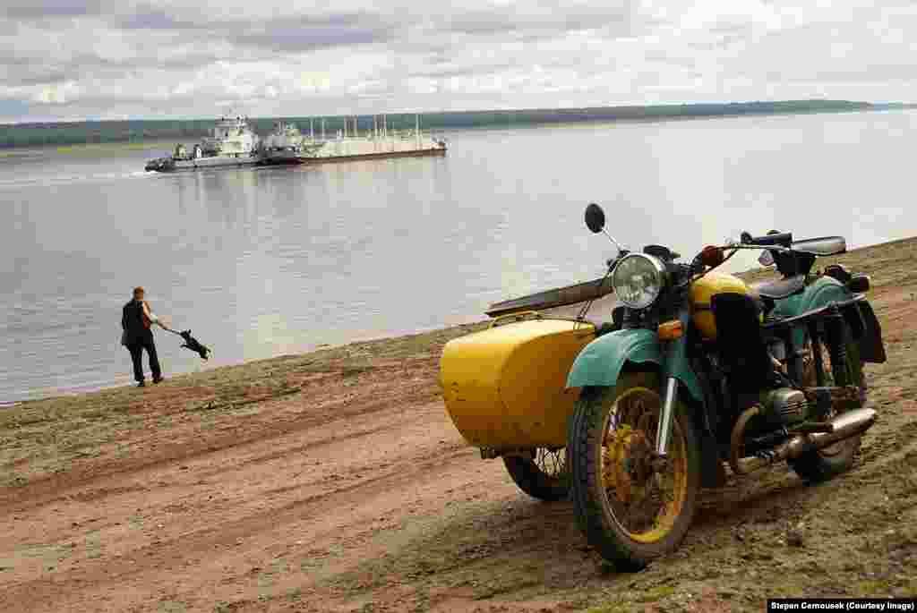 """Фото на берегу реки с экспедиции 2009 года """"Мы хотели показать людям, что лагеря – не такое уж и далекое прошлое и что они действительно существовали"""", – говорит Черноушек"""