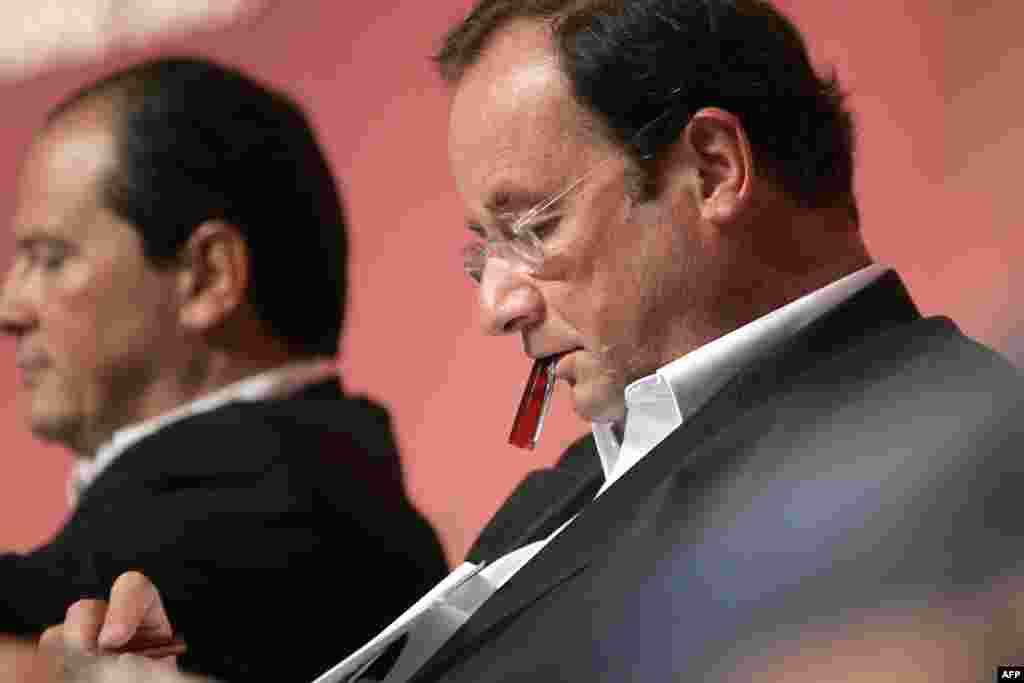 Президент Франции Франсуа Олланд готовится к своей речи на летнем конгрессе в 2007 году