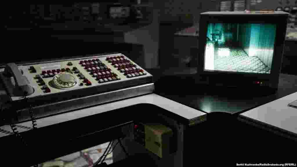 Монитор, который позволяет наблюдать за ситуацией в служебных помещениях блока, на месте начальника смены блока