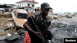 Камерунский спецназовец патрулирует улицы
