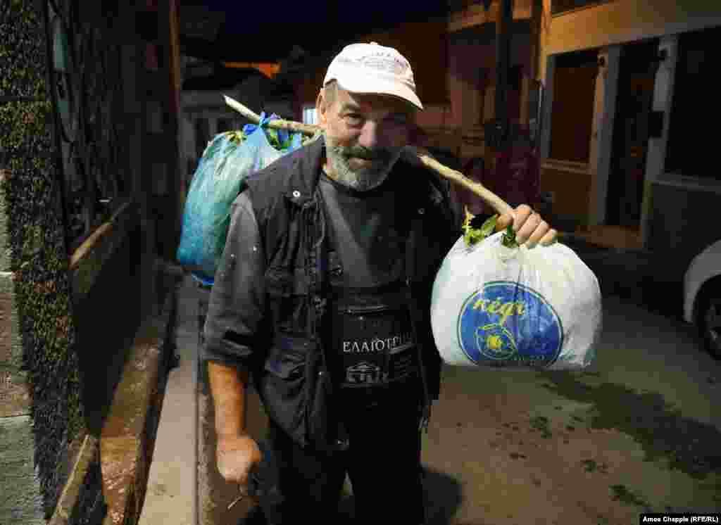 """Михаэлис Бупакаш, 59-летний ремесленник, считает, что мигранты похожи на его собственных предков, когда-то бежавших в Грецию из турецкой Анатолии. Он особо не сердится на афганских мигрантов, недавно обворовавших его огород: """"Они это сделали просто потому, что очень хотели есть"""""""