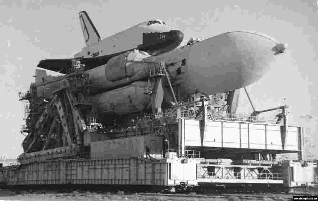 """Космический корабль """"Буран"""" перевозят на пусковую площадку в 1988 году. Первый запуск корабля состоялся в том же году. Он успешно облетел Землю без экипажа. Из-за развала СССР """"Буран"""" больше не использовался. В 2002 году во время урагана крыша ангара, в котором находился космический корабль, рухнула. Погибли восемь человек, """"Буран"""" был разрушен."""