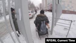 Андрей выезжает из двора. Калитку человек на коляске не может открыть без посторонней помощи