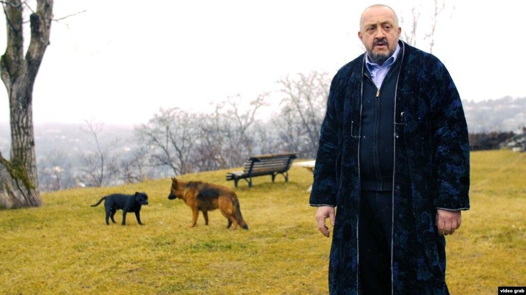 """<p><strong><span style=""""color:#e74c3c"""">İlham Əliyevin hədiyyə verdiyi nar, Lukaşenkonun verdiyikartof: </span>Turistlərə bunları satıb ailəsini dolandırır: Eks-prezidentin 2,5 min dollarlıq evdəmaraqlı həyatı</strong></p>"""