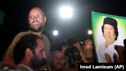 Саиф аль-Ислам Каддафи в 2011 году в окружении своих сторонников