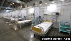 Beds for COVID-19 patients in Crocus Expo's hall number 15