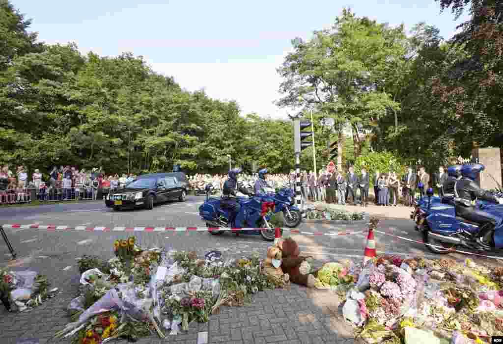Траурный кортеж с телами погибших пассажиров малайзийского лайнера. Нидерланды, 4 августа 2014 года