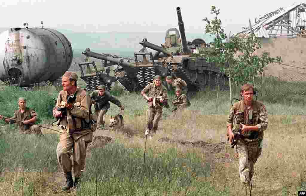 Но после того, как чеченские бойцы обосновались в горах и сельских районах, насилие лишь начало набирать обороты На фото –российский спецназ штурмует чеченское село в мае 1996 года