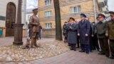 Белорусы извиняются перед памятниками после того, как милиция заставила сделать это подростка