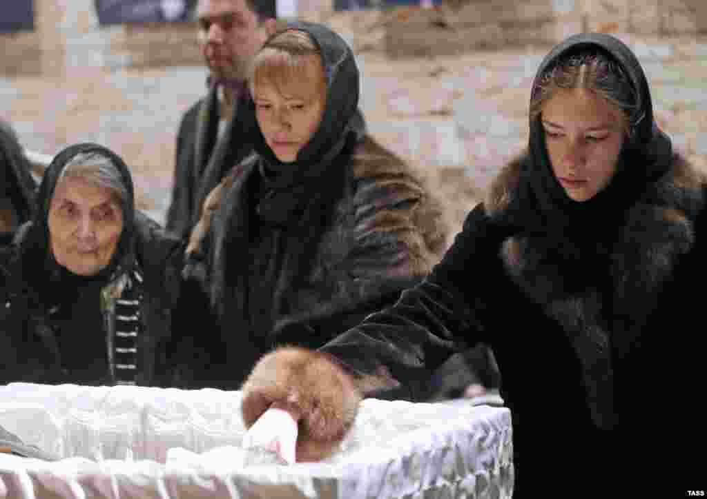 Мать убитого политика Дина Эйдманна церемонии прощания с сыном в Сахаровском Центре в Москве