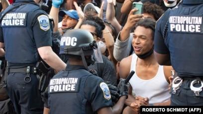 Возле Белого дома полицейские опустились на колено перед сотнями протестующих. Вашингтон, 31 мая 2020