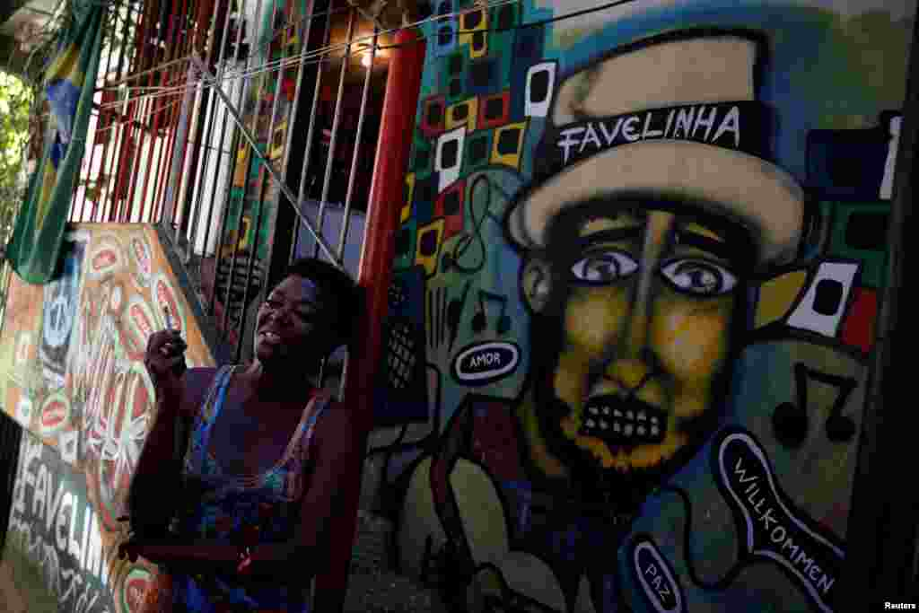 """Жители фавел уверены, что благодаря хостелам у постояльцев появится возможность лучше узнать культуру трущоб и, возможно, распрощаться с некоторыми мифами, которые о них существуют На фото – вид с террасы хостела """"Тики"""""""