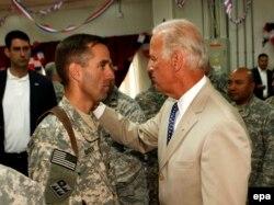 Байден с сыном Бо в 2009 году: тогда он служил в Ираке