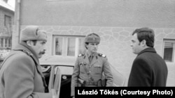 Задержание Ласло Тёкеша (он справа)