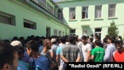 Жители Вахдата у больницы, где находится избитый молодой человек с бородой, 31 августа 2015 года