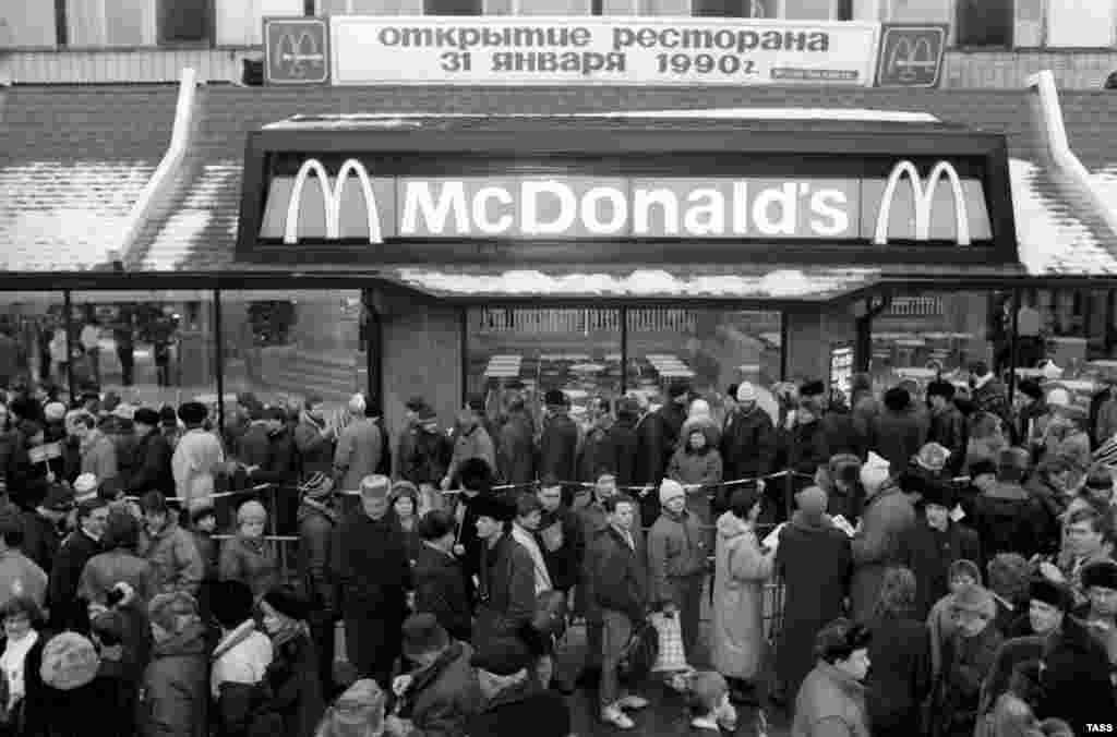 Открытие первого в России ресторана Макдональдс. Пушкинская площадь Москвы, 31 января 1990 года