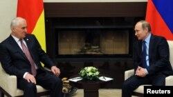 Владимир Путин на встрече с президентом самопровозглашенной Южной Осетии Леонидом Тибиловым