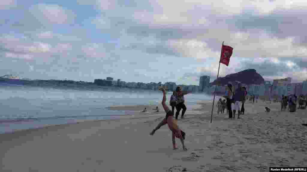 Погода в Рио-де-Жанейро стоит в последние дни пасмурная. Несмотря на это, на пляжах города народу много