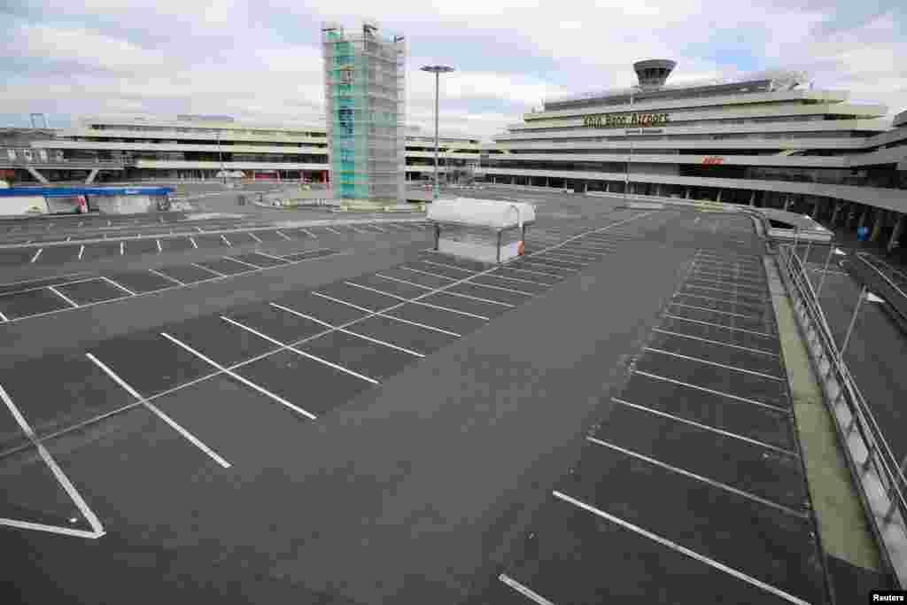 Пустая парковка перед зданием аэропорта в Кельне, Германия. 30 марта 2020 года
