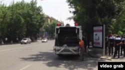 Ереван, рабочие убирают проезжую часть проспекта Баграмяна днем 6 июля 2015 года