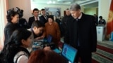 Президент Кыргызстана Алмазбек Атамбаев голосует на референдуме в Бишкеке