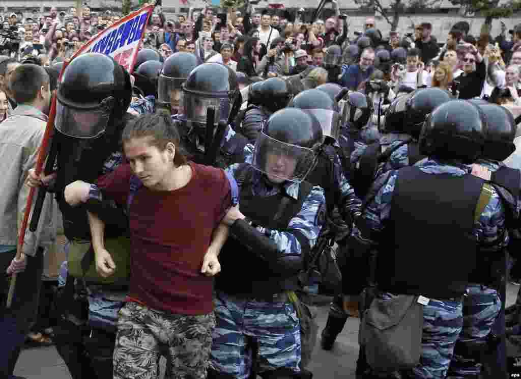 Один из задержанных на Тверской улице в Москве
