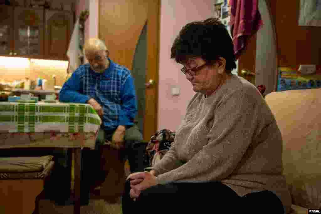Мунир и Зарема Аливаповы в своем доме в Алупке, Крым. Их сынаМуэдина арестовали и обвинили в нескольких поджогах машин. Родители отрицают обвинения, заявляя, что задержание их сына политически мотивировано. Поджоги продолжаются и после ареста Муэдина